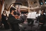 V normálních časech by v této době začínal festival vážné hudby Smetanovské dny. Letos se budou muset posluchači spokojit se záznamem Mé vlasti v podání Plzeňské filharmonie v Měšťanské besedě.