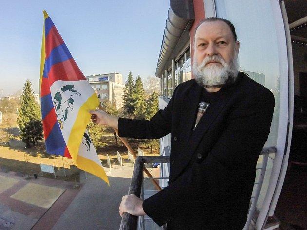 Lumír Aschenbrenner při vyvěšování tibetské vlajky na slovanské radnici