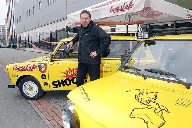 Žluté trabanty, které se tentokrát chystají do Austrálie, zastavily v Plzni
