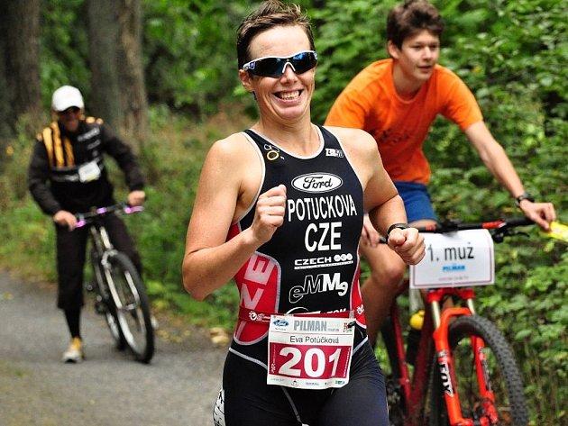 Eva Potůčková si s úsměvem na tváři běží pro české zlato ve středním triatlonu.