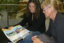 Marie Šloufová a Ivana Drnková ukazují hotel, ve  kterém chtěly trávit dovolenou.