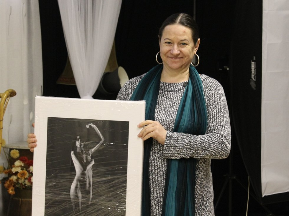 Helena Jarolímková s jedním ze svých děl, které se objeví na výstavě Life Rout No. 29