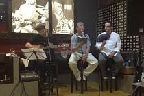 Martin Stránský (uprostřed) při plzeňském natáčení audioknihy F12.2, E&J Tomáše Tajchnera (vpravo). O hudební doprovod básní se postaral Pavel Nepivoda
