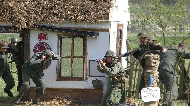 Němečtí vojáci opouští svůj úkryt, nadrybský obecní úřad, aby se vzdali Američanům