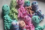 Ukázka chobotniček, které pomáhají nedonošeným dětem.