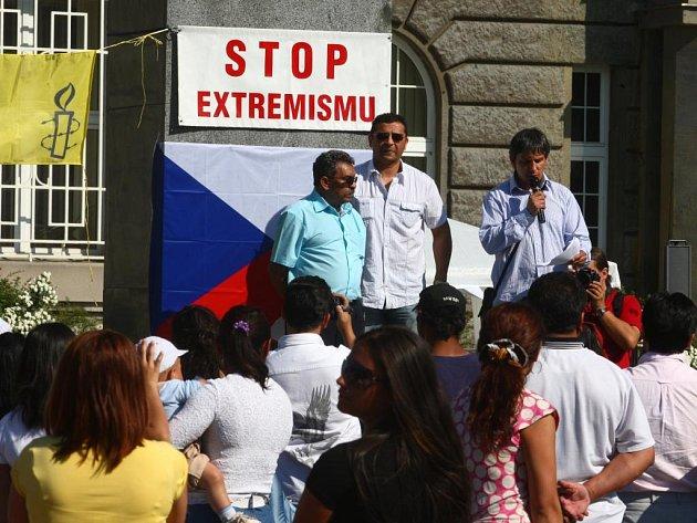 Více než stovka Romů se včera odpoledne sešla na Masarykově náměstí na demontraci proti extremismu