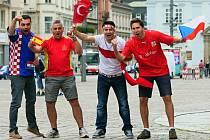 Zápasy mistrovství Evropy ve Francii si nenechají ujít zleva: Chorvat Goran Evdjenić, Španěl Pablo Chacón Gil, Turek Yilmaz Oruc a Čech Marek Gajdušek na náměstí Republiky.