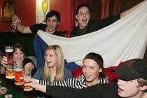 Fanoušci v jednom z plzeňských sportbarů sledují vystoupení českých olympioniků