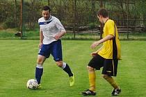 Bez branek skončil po devadesáti minutách duel městského přeboru fotbalistů mezi domácím Slovanem s rezervou Rapidu (hráč s míčem), v penaltovém rozstřelu uspěli hosté.