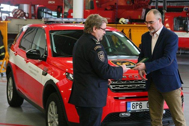 Profesionální hasiči dostali od města Plzně nové vozy a techniku