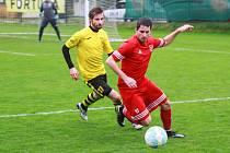 Podaří se tachovskému Michalu Folejtarovi (na archivním snímku hráč v červeném dresu) a jeho spoluhráčům ukořistit z domácího souboje proti Mariánským Lázním tři body?