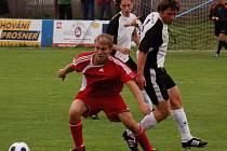 Fotbalisté Klatov (blíž k míči) získali o víkendu první body v nové  sezoně, když doma porazili FK Hořovicko.