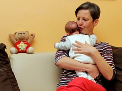 Martina Příhodová z Plzně se teď stará o dvouměsíční holčičku Elišku