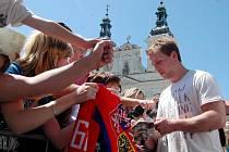 Reprezentant Petr Vampola se na jedné z akcí po světovém šampionátu podepisuje fanouškům v Uherském Hradišti. V neděli bude člen zlaté party z Německa rozdávat autogramy  v Plzni.