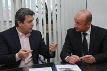 Smlouvu o další spolupráci v oblasti podpory  mládeže potvrdili na další rok v těchto dnech předseda představenstva Plzeňské teplárenské, a. s., Roman Jurečko (vlevo) a generální manažer prvoligového fotbalového klubu Adolf Šádek