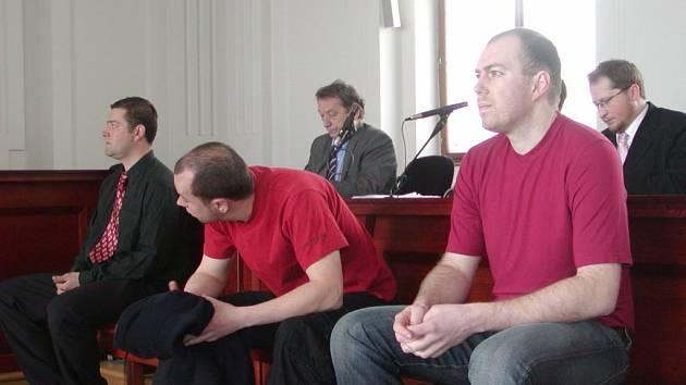 Za zmizelé peníze z plzeňské Komerční banky padaly včera tresty. Radoslav Hejduk (vlevo) a Jan Jezbera (uprostřed) si posedí za mížemi, kdežto Martina Illicha (vpravo) soud obžaloby zprostil