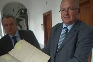 Sládek pivovaru Plzeňský Prazdroj Václav Berka ukazuje starou knihu záznamů, kde je uvedena stupňovitost z roku 1897.