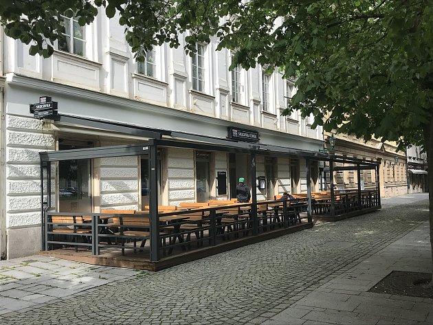 Srdcovka Corso se nachází vcentru Plzně, vKopeckého sadech. Nabízí pivo ztanku.