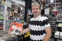 Jiří Fail, majitel bazaru s LP a CD nosiči, má v nabídce Gottovy nahrávky z československé i německé produkce.Foto: 2 x Deník/H. Josefová