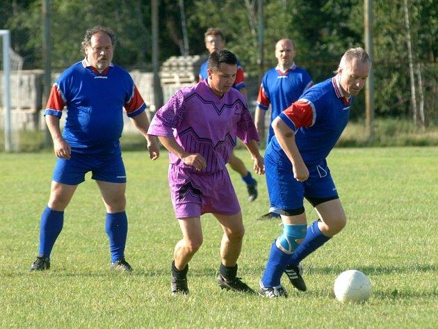 V utkání, ze kterého je snímek, uzavřeli veteráni Slovanu Karlov jarní část soutěže porážkou 0:6 s hosty z Letné