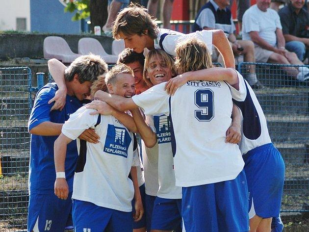 Fotbaloví starší dorostenci FC Viktoria Plzeň se radují z druhého gólu v síti Vítkovic v důležitém sobotním utkání celostátní ligy