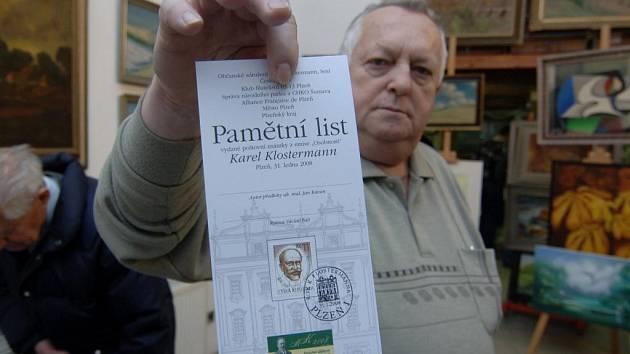 Předseda plzeňského Klubu filatelistů Josef Kotek ukazuje podobu známky. Ta byla i speciálně označena razítkem, které bylo v platnosti pouze včera
