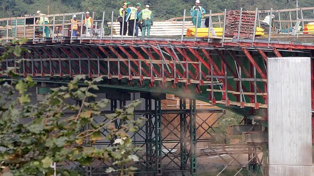 Na Jateční už vyrostl čtvrtý most