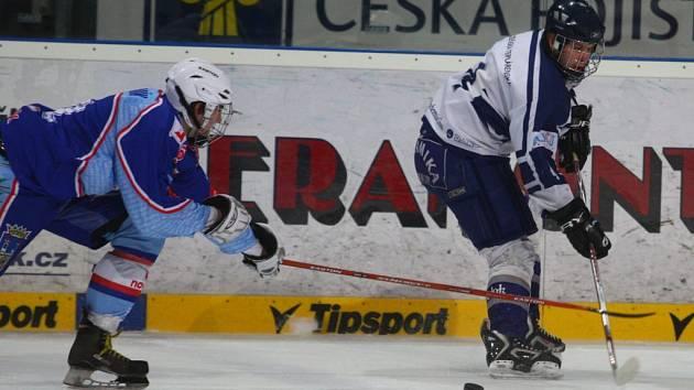 Junioři Lasselsbergeru Plzeň (na snímku ze zápasu s Chomutovem v bílém) získali ve víkendovém extraligovém dvoukole všech šest bodů.