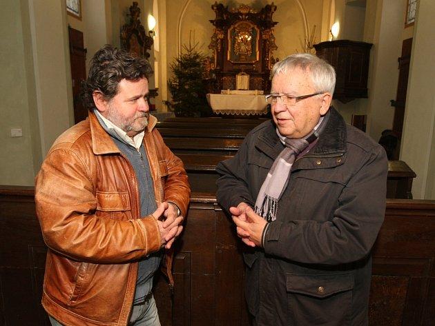 Jan Soukup (vpravo) s Janem Žáčkem při včerejším natáčení v kostelíku U Ježíška