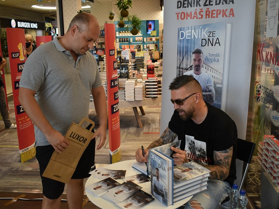 Autogramiáda Tomáše Řepky v Plzni. Doprovázela ho jeho partnerka Kateřina Kristelová.