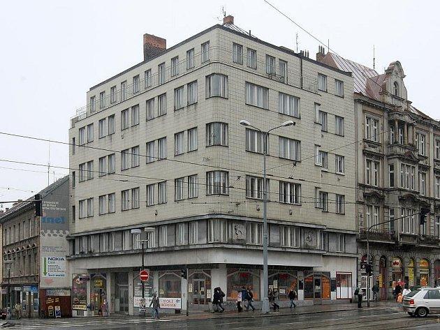 Budova, v jejímž přízemí sídlí Adrie
