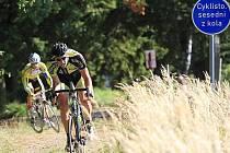 Michal Kesl z týmu Nutrixxion sledovaný dráhařem Milanem Kadlecem zdolávají při Tour de Brdy jeden z terénních úseků