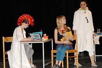 Blázinec je jen jedno dějiště příběhu. Eva Pivoňková (vlevo) si  v představení Fly-by zahrála šílenou lékařku.