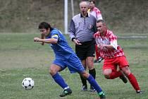 Kapitán fotbalistů Sokola Košutka Roman Láryš (vlevo) uniká v utkání 4. kola městského přeboru jednomu z hráčů domácího Bukovce. Košutka na jeho hřišti zvítězila 2:0 a připravila mu první porážku v nové sezoně.
