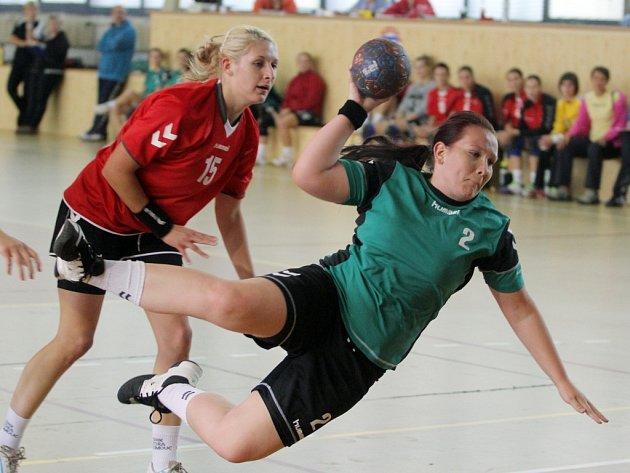 Házenkářky DHC SVŠ Plzeň podlehly v úvodním utkání nového ročníku první ligy žen doma Olomouci B 18:29. Na snímku střílí na branku Olomouce plzeňská Markéta Smoláková.