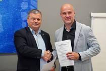 Předseda představenstva a generální ředitel Škoda Electric Bedřich Koukal (vlevo) a generální manažer HC Škoda Plzeň Martin Straka.
