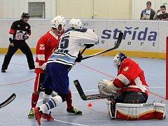 V PRVNÍM UTKÁNÍ  po zimní přestávce zvítězili hokejbalisté HBC Plzeň (na archivním snímku z podzimního vzájemného zápasu v modrobílém) v Rakovníku těsně 2:1.