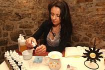 Aromaterapeutka Věra Koudelová z Plzně během pátku pomáhala příchozím s jejich neduhy pomocí čistých esencí z rostlin. Potkat ji v galerii u kavárny Seraf můžete i dnes