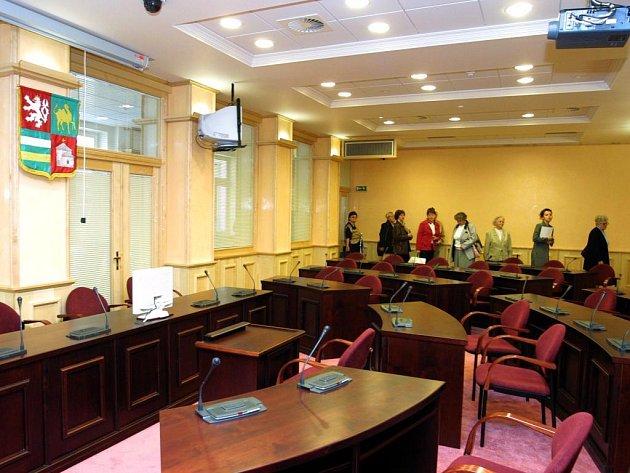 Kdo obsadí na příští čtyři roky tato křesla v jednacím sále Zastupitelstva Plzeňského kraje?  To se veřejnost dozví nejdříve  v sobotu 18. října večer po sečtení všech  hlasů odevzdaných  v krajských volbách v Plzeňském kraji