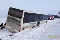 Autobus se vyhýbal protijedoucímu autu a spadl do příkopu