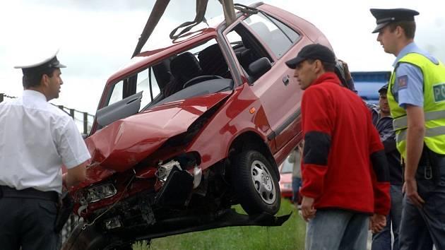 Na místě nehody u Horní Lukavice na jižním Plzeňsku byla přítomna odtahová služba, která vyzvedávala vozidlo z příkopu. Až poté bylo možné vyprostit oběť tragické bouračky