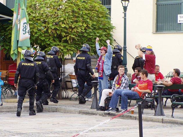 Policisté vchází na pivovarské nádvoří kvůli ochraně obsluhy, po které prý fanoušci házeli prázdné kelímky. Jednotka nezasahovala a po chvíli se vrátila před pivovar.