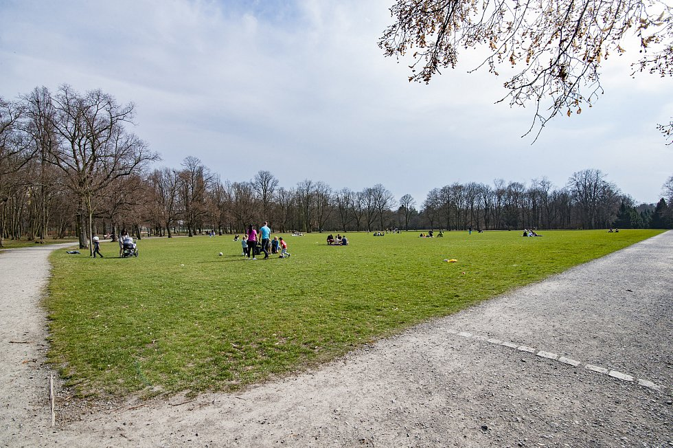 Plzeňané si užívají jarního počasí v Borském parku.