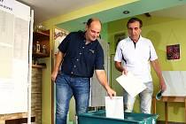 Volební místnost zřízená v motorkářském klubu v plzeňských Černicích. Lístek do urny vhodil motoristický závodník a několikanásobný mistr republiky v rallye Václav Pech (vlevo).