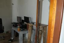 Muž po hádce zdemoloval byt. Policisté v něm našli drogy.