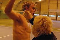 Osmnáctiletý tenista Roman Jebavý byl během čtvrtečního utkání proti Janu Vackovi několikrát ošetřován. Zápas dokončil, ale po prohře 6:4, 1:6, 2:6 se musel s dvouhrou na halovém mistrovství České republiky v Plzni rozloučit