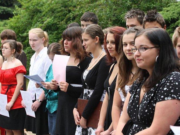Poslední zvonění dojalo žáky devátých tříd 34. základní školy v Plzni na Lochotíně k slzám