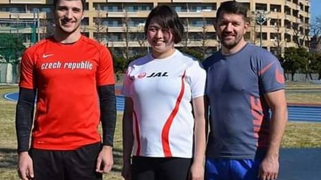 Zleva oštěpař Radek Jůda, japonská oštěpařka Haruka Kitagučiová a jejich trenér David Sekerák.