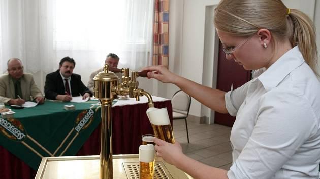 Studentka 2. ročníku Hotelové školy v Plzni Monika Kadeřábková se umístila v soutěži Plzeňský korbel na třetím místě