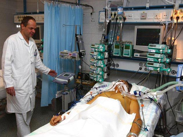 Kdyby se stav 57letého pacienta z Plzně zhoršil před dvěma měsíci, kdy nemocnice ještě neměla umělé srdce, byl by zřejmě již po smrti. Nyní má šanci, že se dožije transplantace srdce